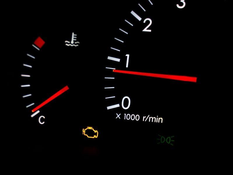 Voyant moteur allumé - Réparation de véhicules près de Rochefort (17)